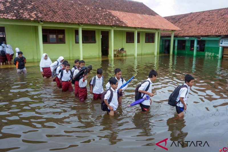 Latihan pra ujian di lokasi banjir