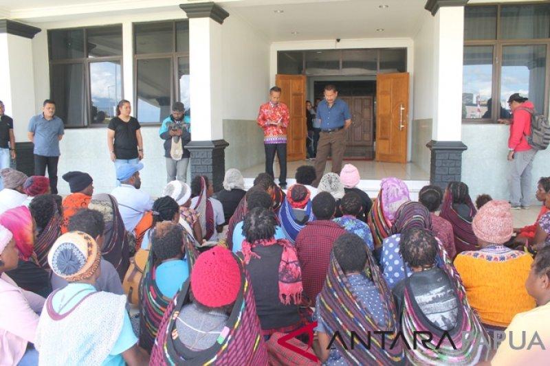 Mama-mama penjual makanan tradisional datangi Kantor Bupati Jayawijaya