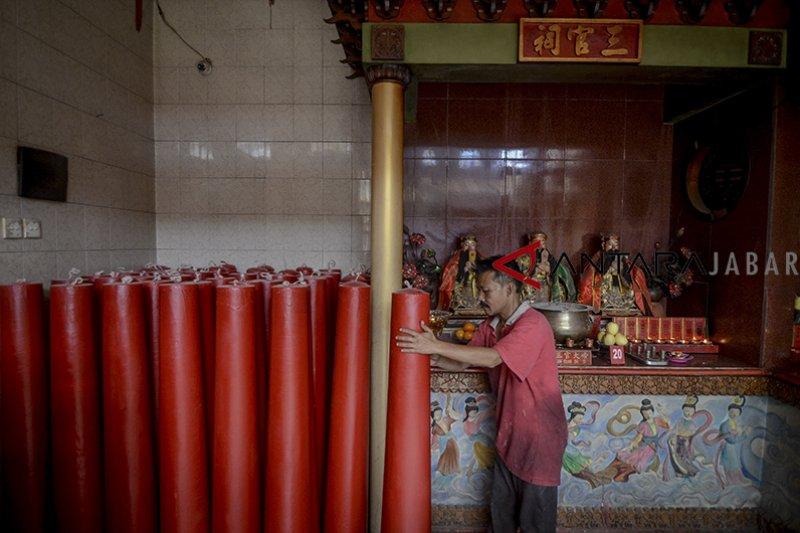 Rayakan Imlek, 200 lilin dinyalakan di wihara Dharma Ramsi