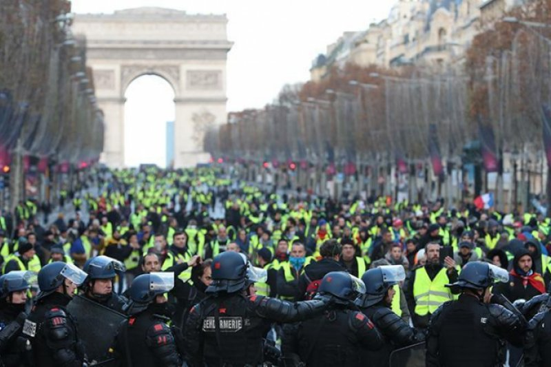 Penerbangan internasional ke Paris turun di tengah protes rompi kuning