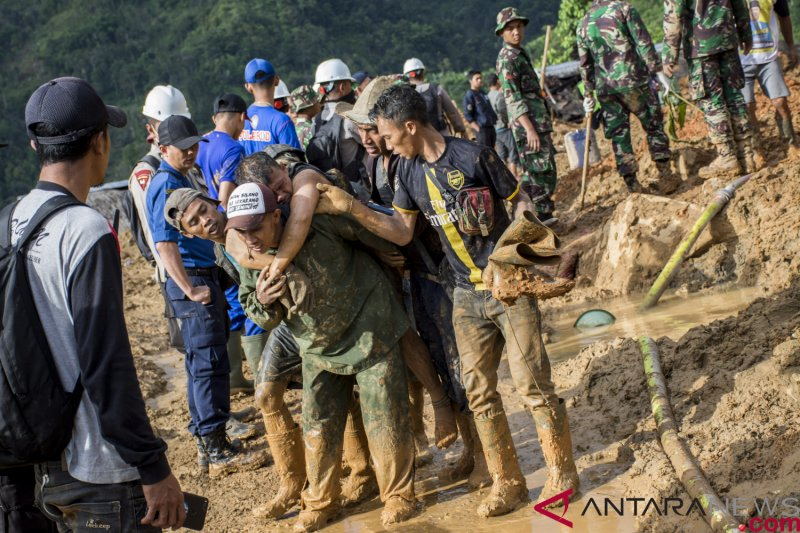 Tim pencari berusaha menemukan 11 lagi korban longsor Sukabumi