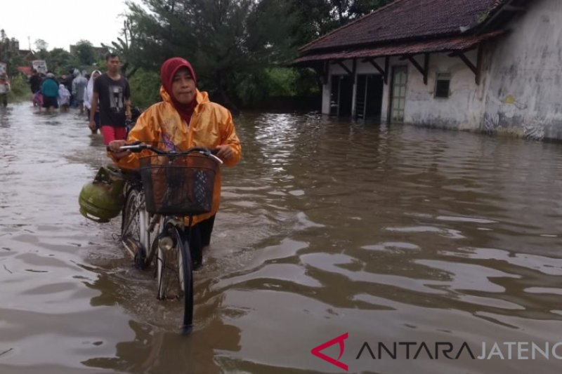 Kudus juga dilanda banjir, warga mulai mengungsi
