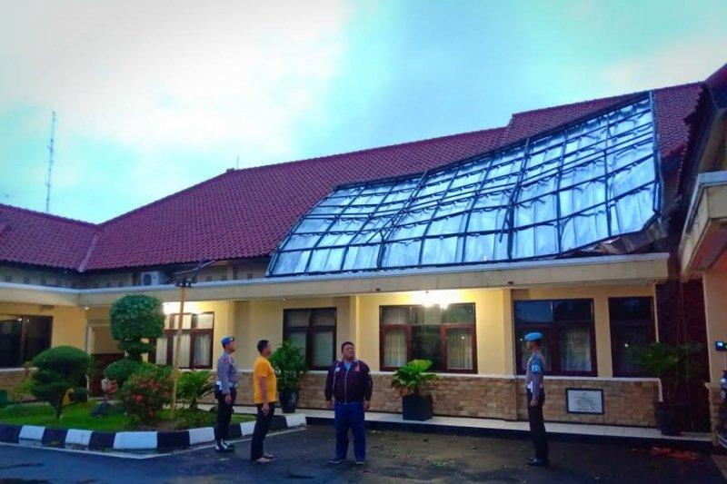 Rumah dan perkantoran Indramayu terkena angin puting beliung