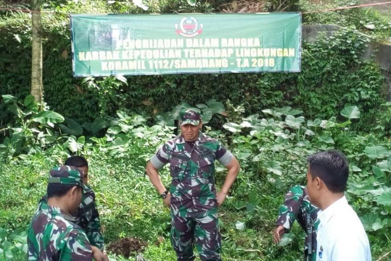 Prajurit TNI perbaiki rumah rusak di Garut akibat angin kencang