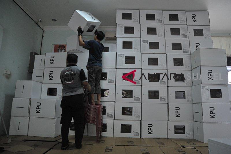 KPU Palembang rakit kotak suara Pemilu Foto Page 2