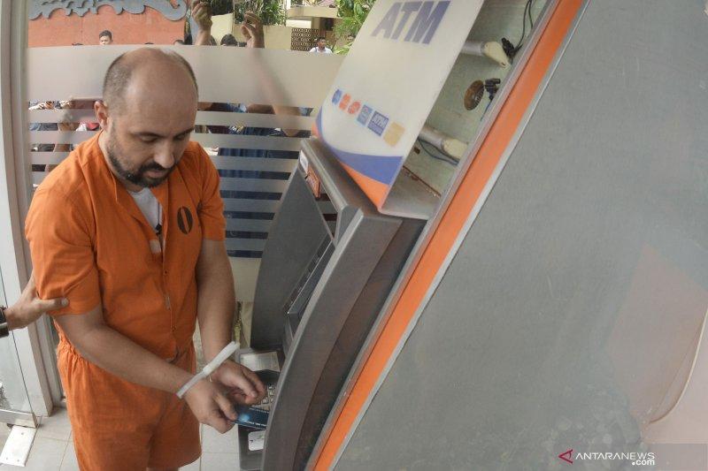 Polda Metro Jaya tangkap kelompok pencuri modus rusak mesin ATM