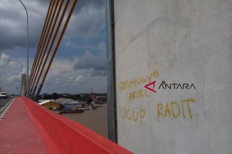 Jembatan Musi IV kotor jadi sasaran vandalisme