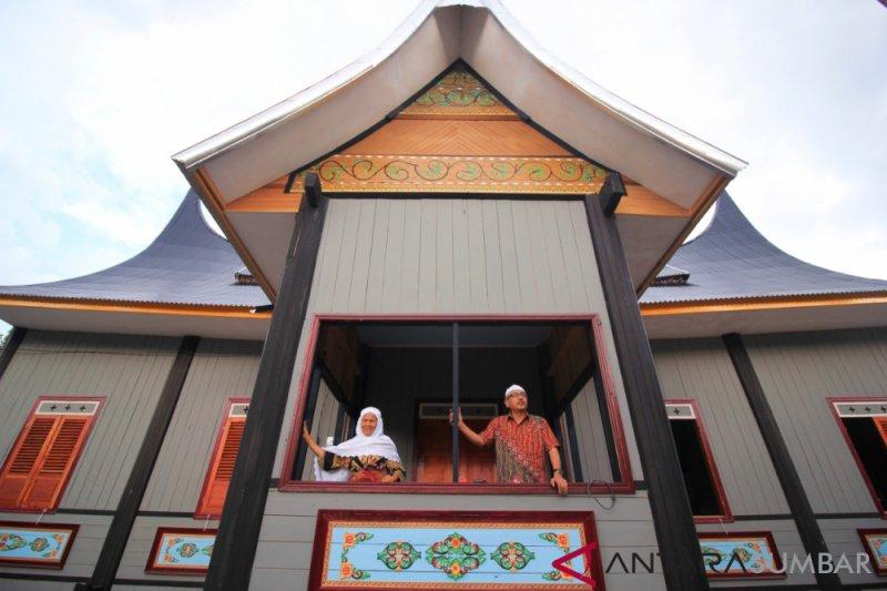 Menjaga eksistensi kaum dan adat melalui revitalisasi rumah gadang
