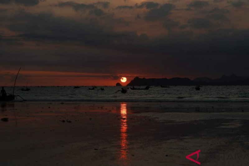 Matahari terbenam di Pantai Selong Belanak