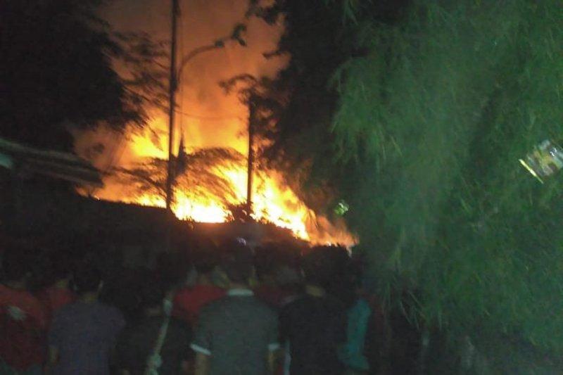 Sebuah rumah di Kalideres terbakar