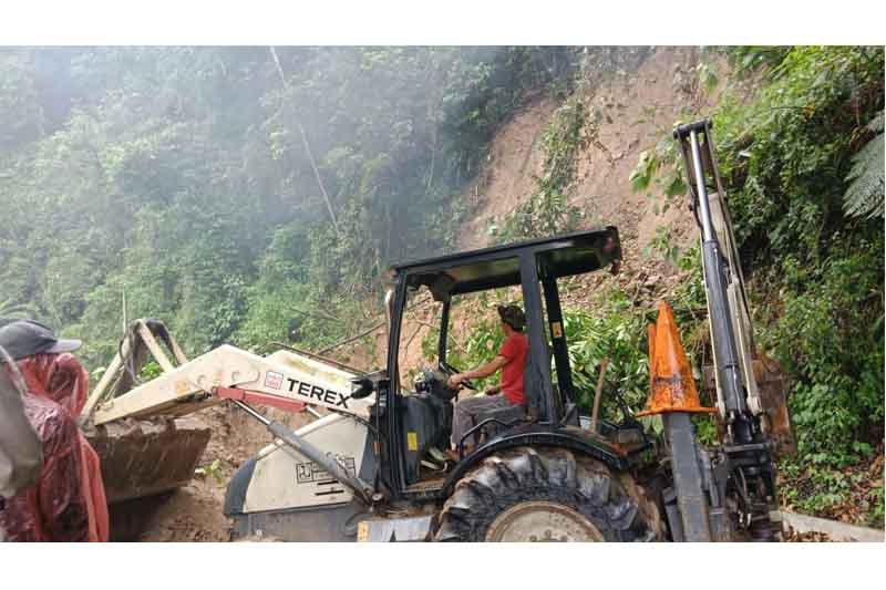 Jalan Tanjung Sakti lahat tertutup longsor