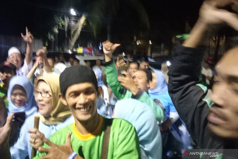 Relawan bershalawat di depan kediaman Prabowo