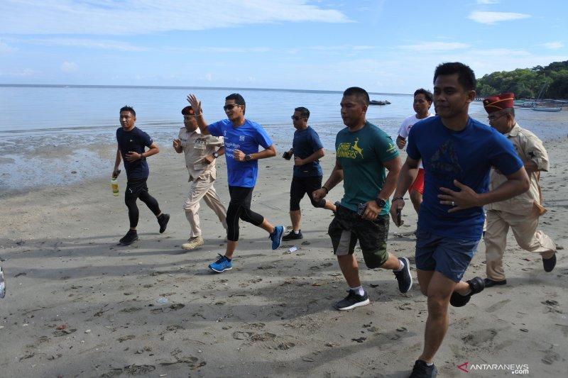 Sandiaga berolahraga di Pantai Pasir Putih
