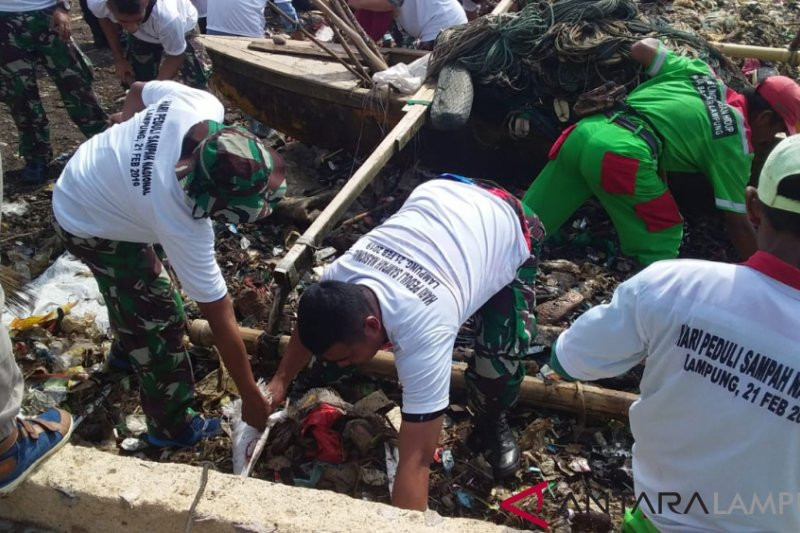 Marinir Lampung Imbau Masyarakat Jaga Kebersihan Pantai