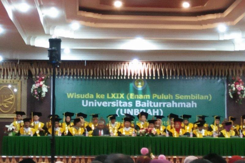 Universitas Baiturahmah  Wisuda 114 Mahasiswa