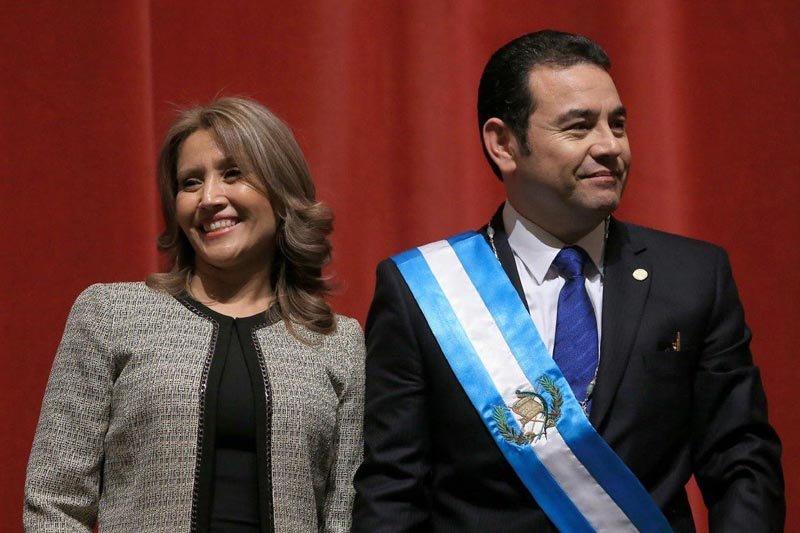 Presiden Jimmy Morales dilempar telur oleh massa