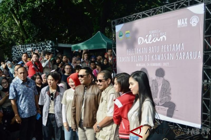 Peletakan batu pertama pembangunan 'Sudut Dilan' di Taman Saparua Bandung