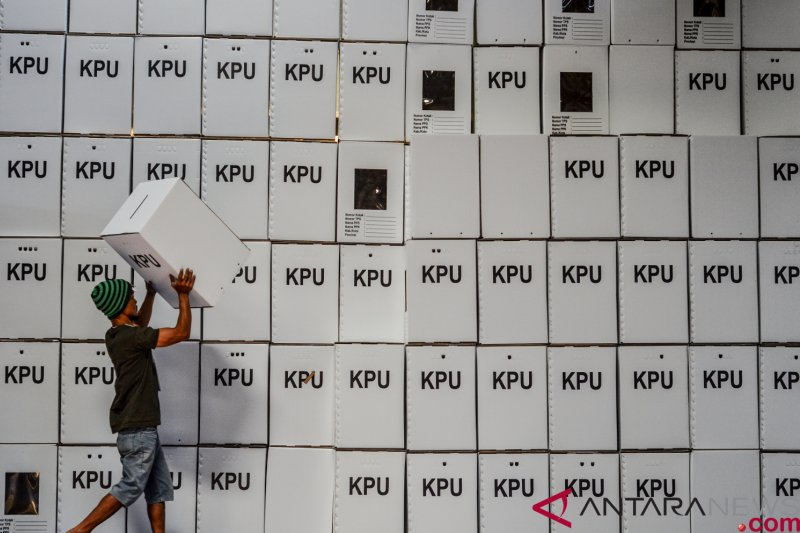 Arsip  Pekerja menata kotak suara kardus di Gudang Logistik KPU Kota  Tasikmalaya 5de5c58837