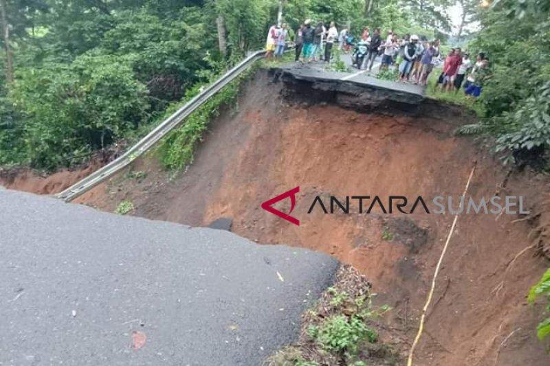 Jalan di desa Jati Lahat longsor