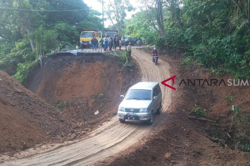 Jalan amblas di Sanga Desa Musi Banyuasin diperbaiki