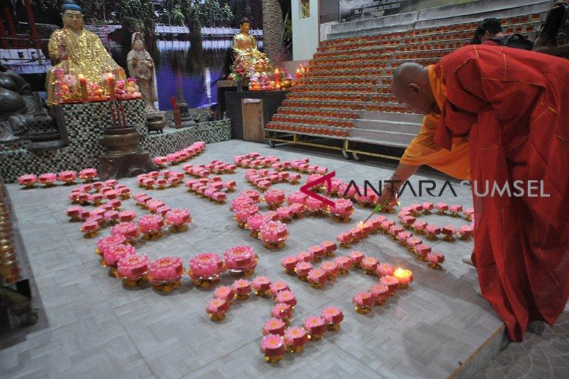 Umat Buddha Palembang nyalakan 1000 lilin