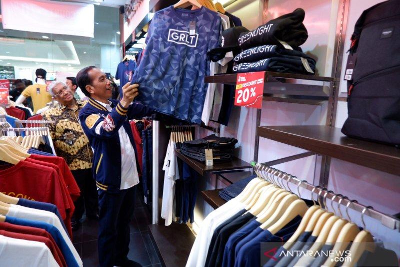 Jokowi blusukan ke mal  Kendari belanja T-Shirt