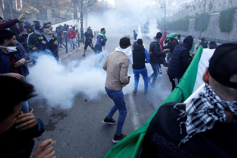 Puluhan ribu orang tuntut Presiden Aljazair mundur