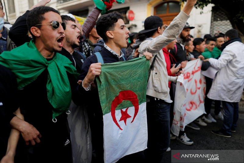 Partai berkuasa di Aljazair beralih haluan sementara protes memuncak
