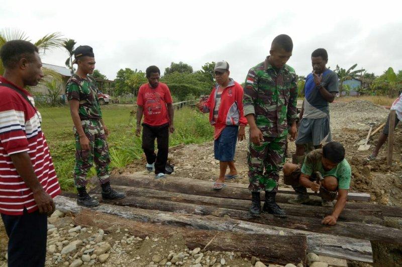 Jembatan ambruk akibat banjir di Papua diperbaiki TNI bersama warga