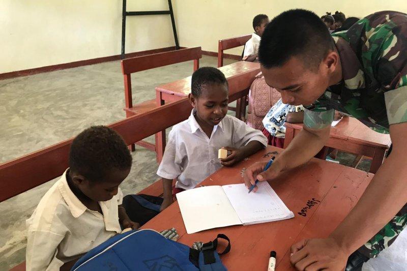 Prajurit TNI mengajar baca tulis di SD perbatasan Papua