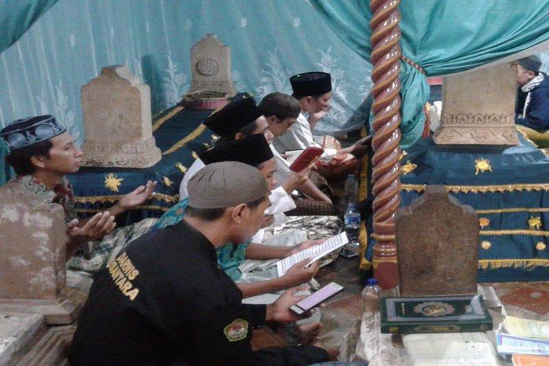 Santri Ponpes Nilun Najah khataman di Masjid Mantingan