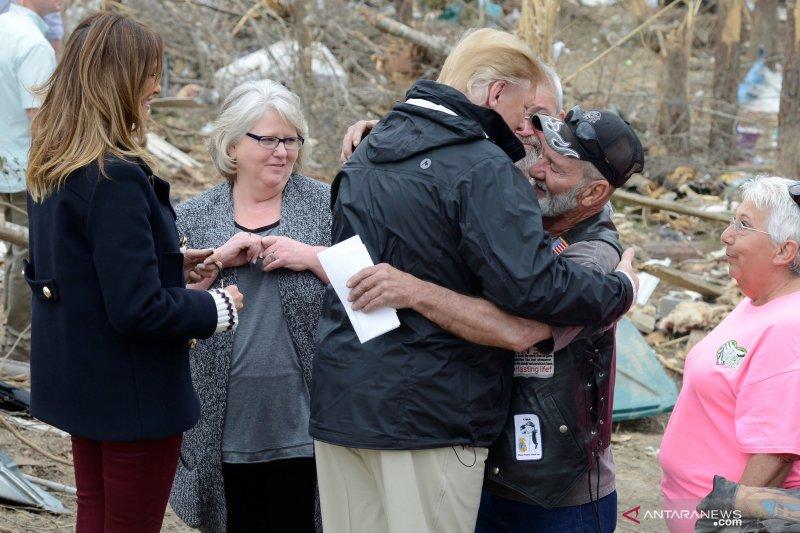 Presiden Donald Trump kunjungi lokasi terdampak angin tornado di Alabama
