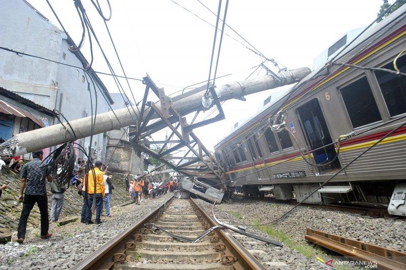 Tiga Kereta yang Anjlok Selesai Dievakuasi, Perjalanan KRL Belum Berjalan Normal