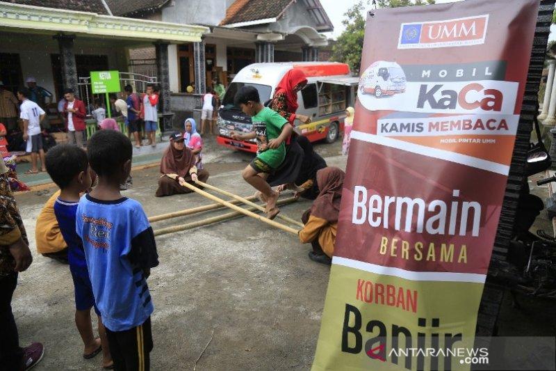 Mobil KaCa UMM kembalikan kebahagiaan anak-anak korban banjir Madiun