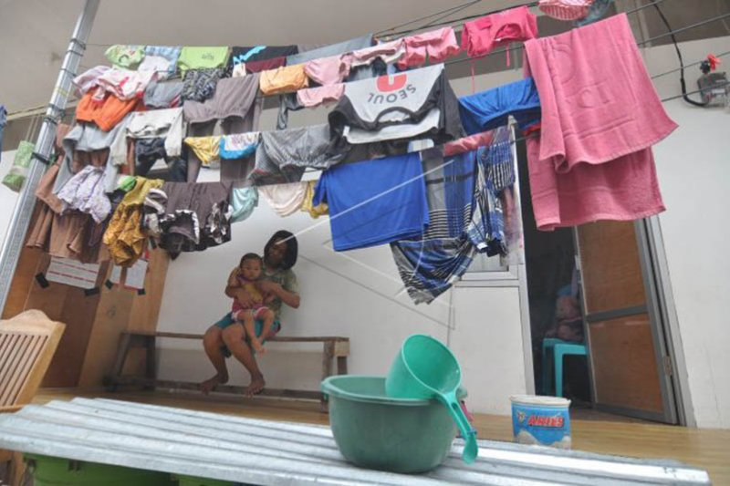 Kondisi pengungsi di huntara Foto Page 1