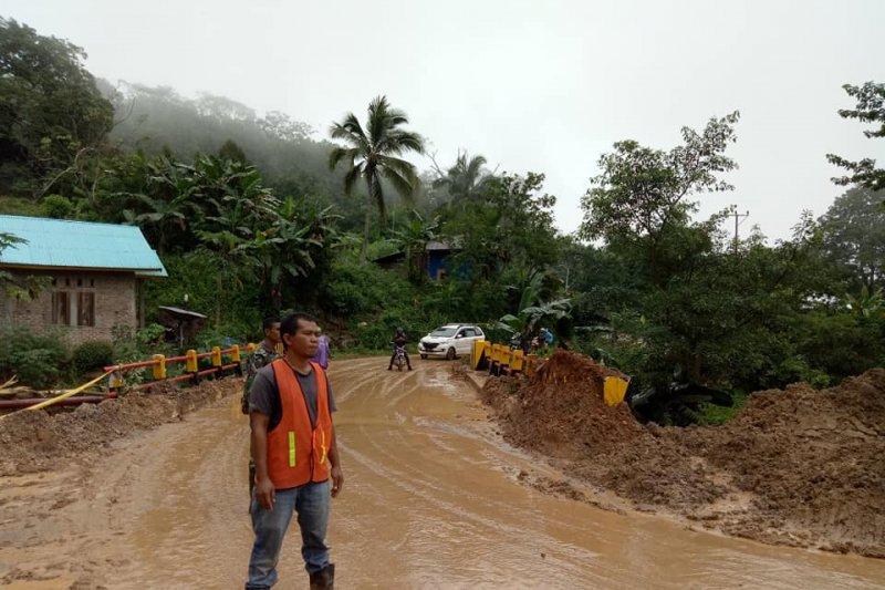 Jembatan Wailiang masih rawan longsor