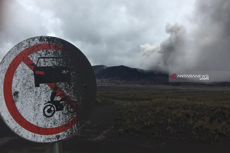 Semburan abu vulkanik, Gunung Bromo tetap aman dikunjungi wisatawan