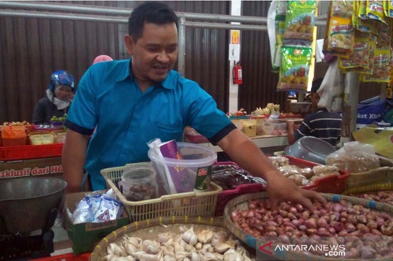 Pasokan berkurang, harga bawang merah di Purwokerto bertahan tinggi