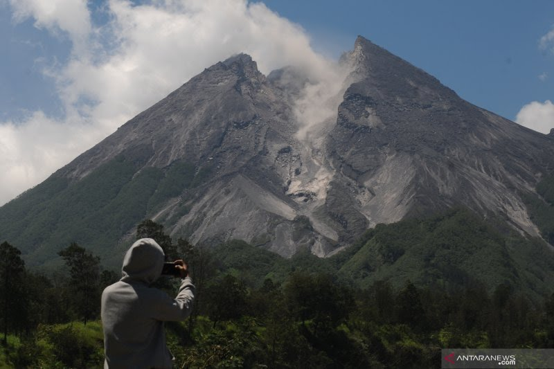 Awan panas guguran 900 meter meluncur dari Gunung Merapi