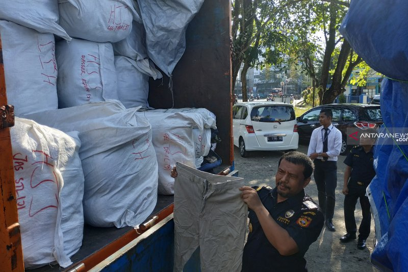 Bea Cukai Pontianak amankan ratusan bal pakaian bekas ilegal