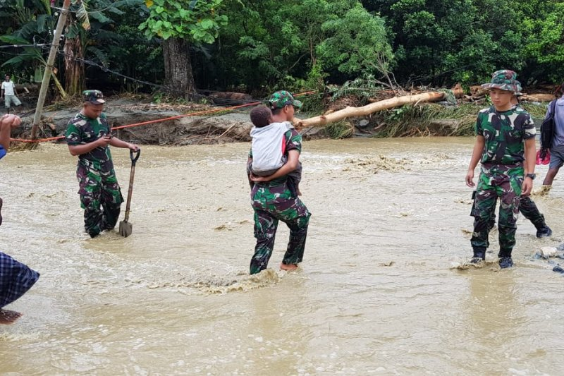 Anggota Yonif 751/VJS bantu evakuasi warga melewati Kali Ular