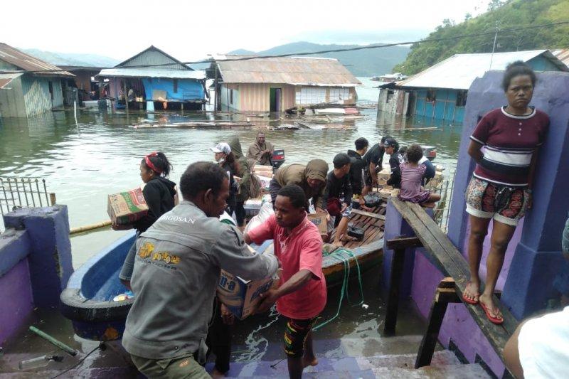 Arungi Danau Sentani, TNI berikan pelayanan kesehatan korban banjir