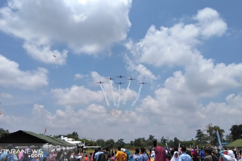 Atraksi akrobatik Tim Jupiter TNI AU di langit Bumi Sriwijaya pukau penonton