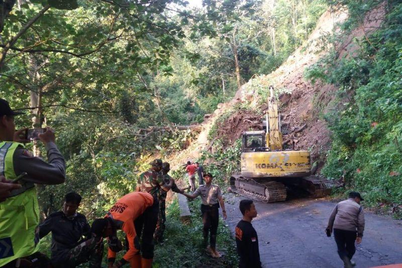 Tebing Piket Nol longsor, jalur Lumajang-Malang, Jatim ditutup