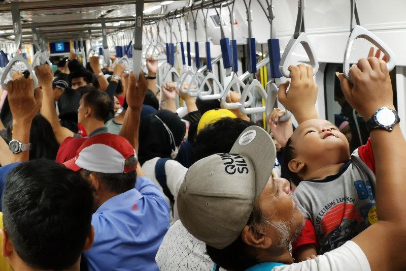 DPRD Patok Rp8.500, Anies Ngotot Tarif MRT di Bawah Ojek Online