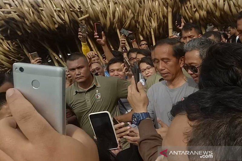 Masyarakat berebut bersalaman dengan Jokowi usai resmikan MRT