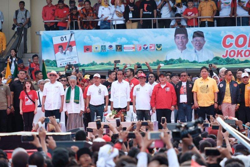 Jokowi tunjukkan tiga kartu kepada massa pendukungnya di Banten