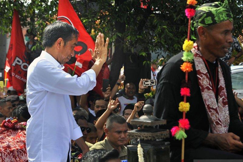 Jokowi sapa ribuan pendukungnya di Stadion Maulana Yusuf Serang