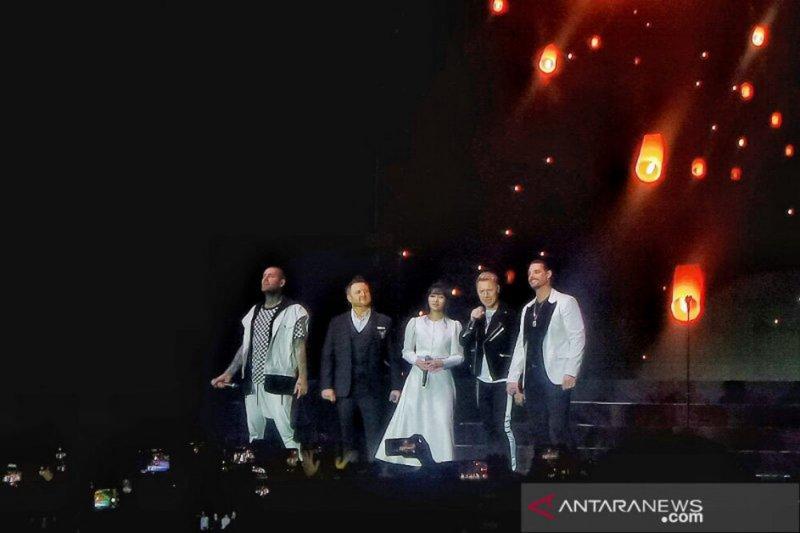 """Boyzone nyanyikan """"No Matter What"""" bersama Isyana Sarasvati"""