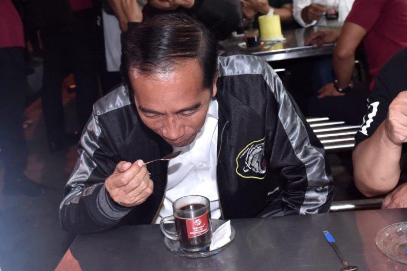 Jokowi Pesan Empat Gelas Kopi Seharga Rp 4.000 di Sentra Kuliner Trunojoyo